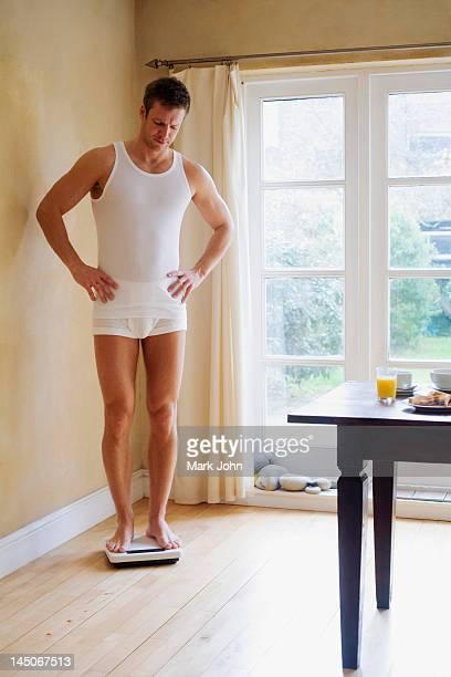 Homme lui-même en cuisine poids