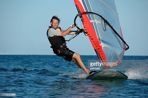 Uomo di windsurf e divertirsi!