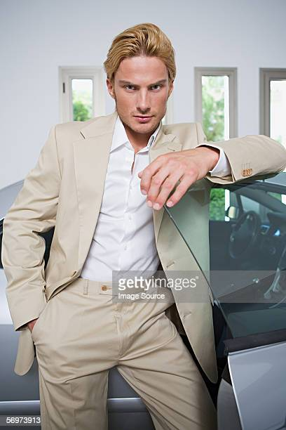 Mann mit einem Sport Auto