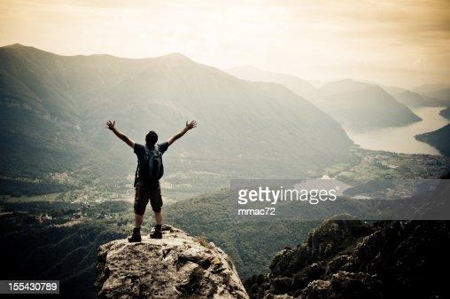 男性、腕を広げるの山頂