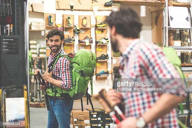 男性、バックパックのスポーツや屋外の機器を保管