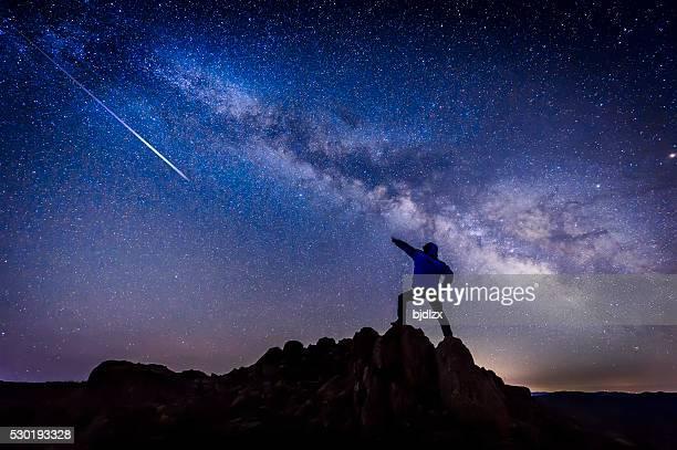 Homem com estrela brilhante Galáxia com a Via Láctea