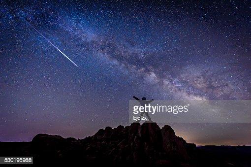 Mann mit hellen Sternschnuppe unter Milchstraße Galaxy