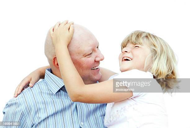 Hombre con cáncer y su hija Riendo