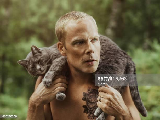 Man met kat tatoeage en zijn huisdier kat