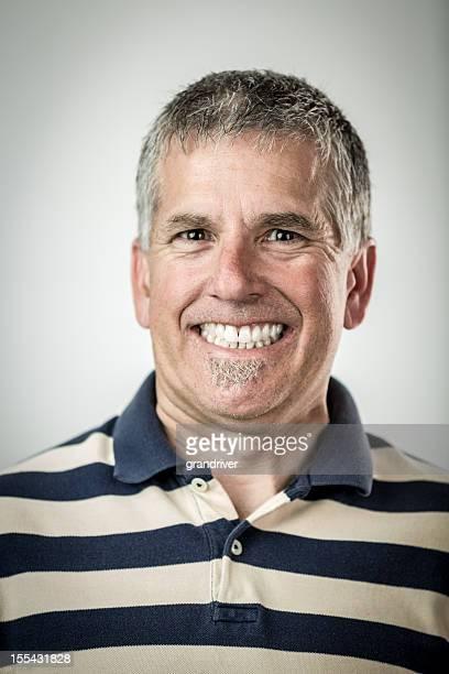 Mann mit Fotolächeln
