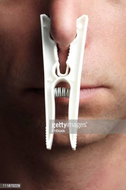 Mann mit Kleidung Pins auf Nase Nahaufnahme