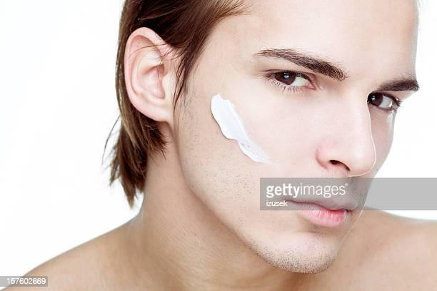 Mann mit kosmetischen Creme auf Gesicht