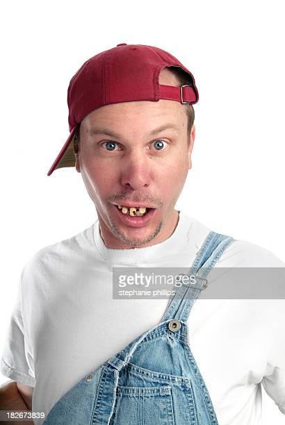 Mann mit dummen Ausdruck und schlechte Zähne mit Latzhose
