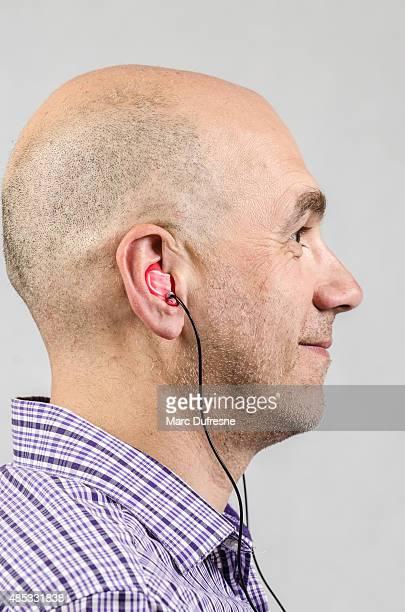 Homme avec Ornement auriculaire