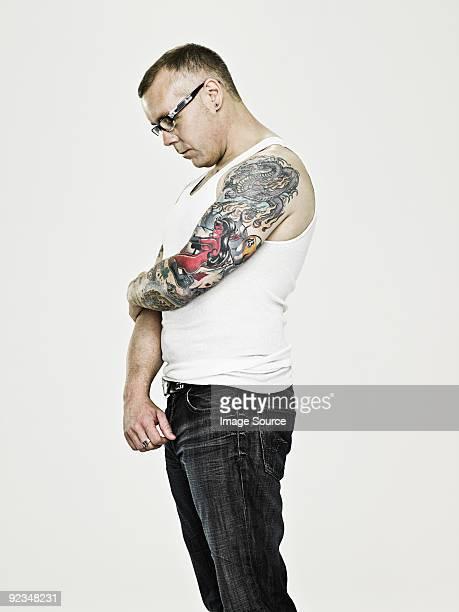 Homme avec lunettes de vue et de tatouages