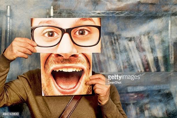 Mann mit Augen und Klauenseuche Fotos vor seinem Gesicht