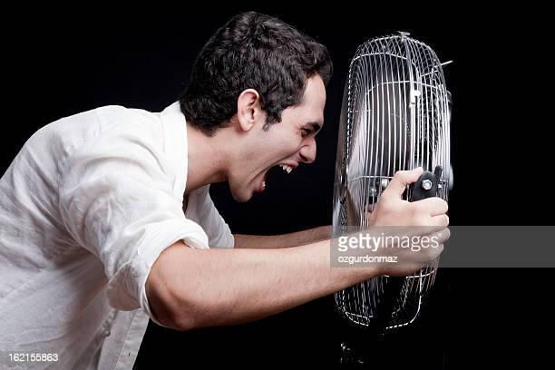 Homme avec ventilateur