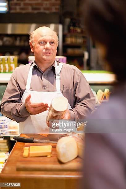 Mann mit Kostenlose Muster in Lebensmittelgeschäft