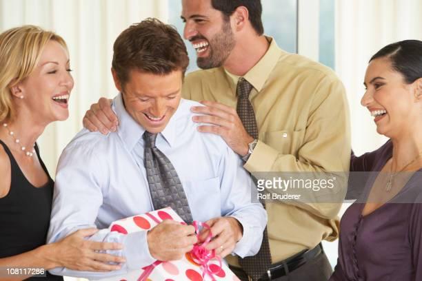 Homme avec des amis ouverture Cadeau d'anniversaire