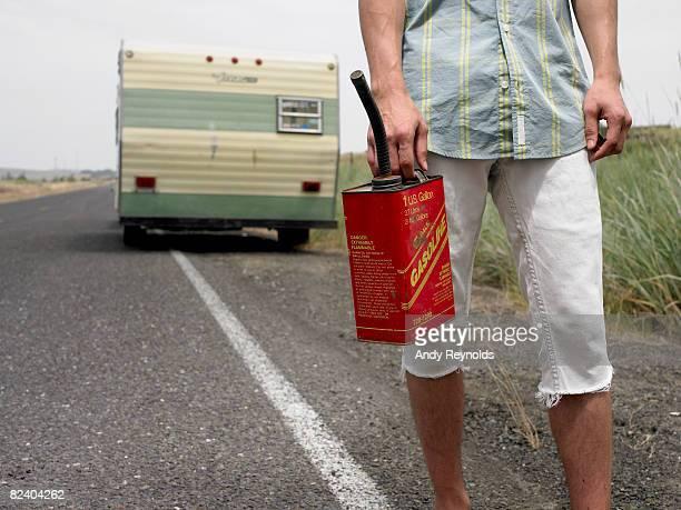 Uomo con gas can, i trailer dietro