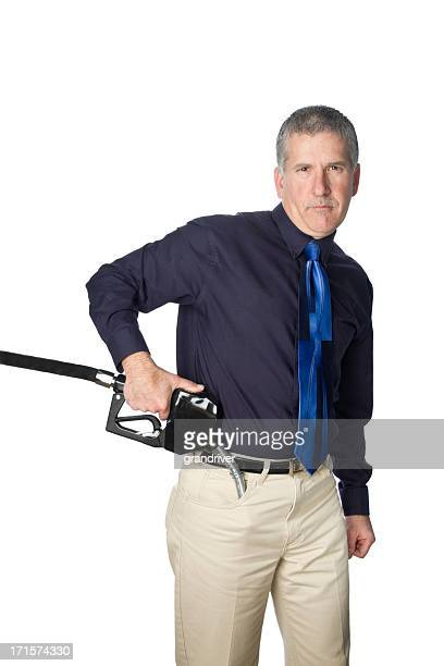 Homem com gasolina bocal no bolso como uma arma.