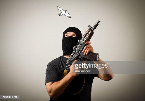 Homem com arma e pombas da paz. : Foto de stock
