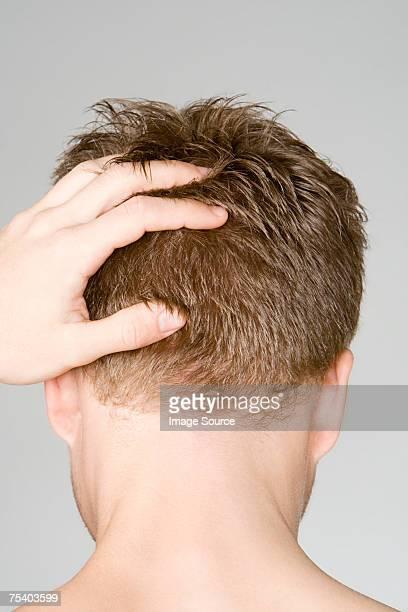 Uomo con le mani sulla testa