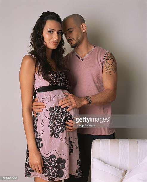 Mann mit hand am schwangere Frau Bauch