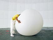 Mann mit Kopf begraben in riesigen Wetterballon