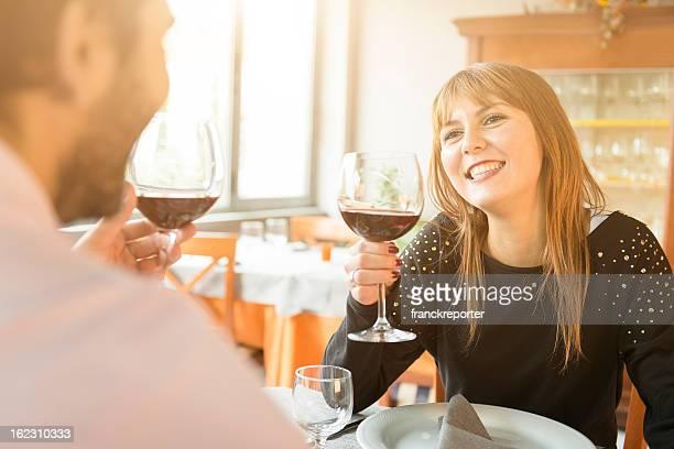 Uomo con la sua fidanzata al ristorante-st.valentine