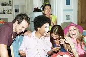 Mann mit Zuckerguss auf seinem Gesicht Lachen mit Freunden