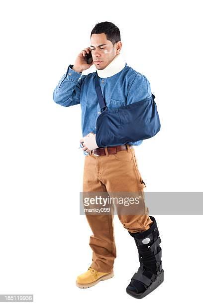 Mann mit Verletzungen am Telefon