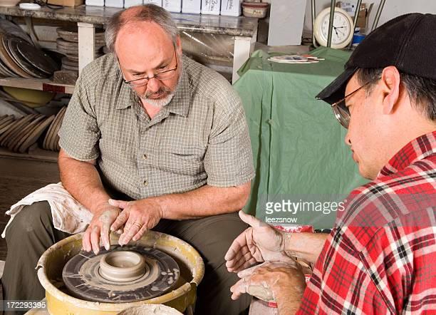 Mann mit Lehrer lernen, um einen Potter's Rad