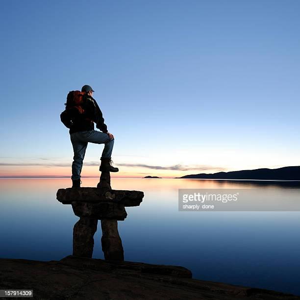 XXXL Mann mit Inuit-Steindenkmal