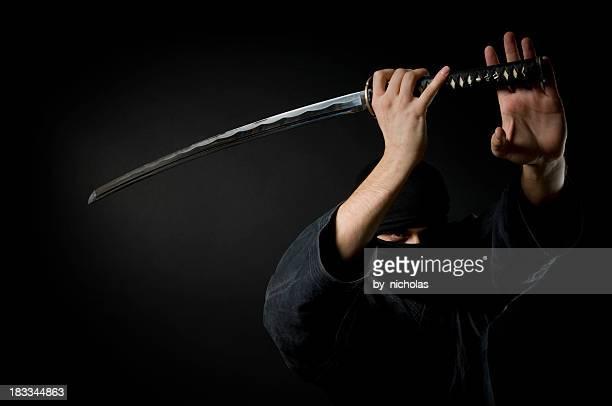 Homme avec katana, fond noir
