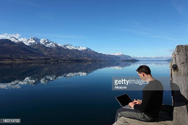 Homme avec ordinateur portable en plein air