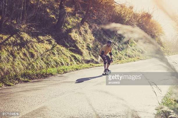 Uomo con Longboard su Strada di campagna