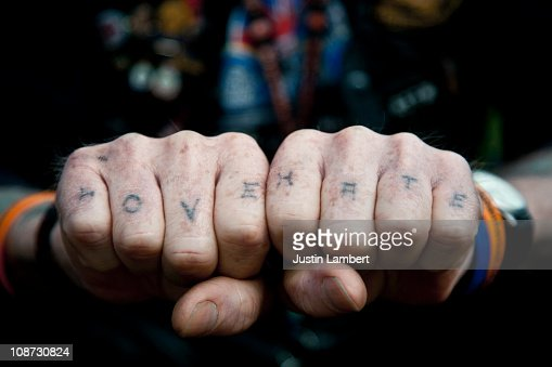 Man with Love & Hate tattooed on his knuckles : Bildbanksbilder