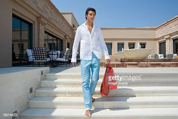 Uomo con borse della spesa