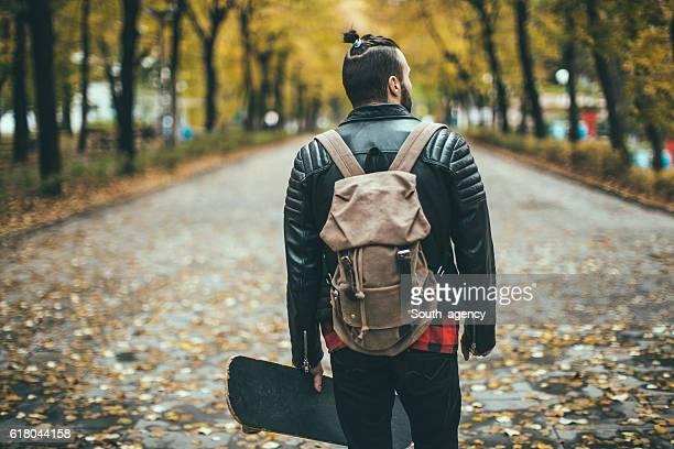 Mann mit skateboard