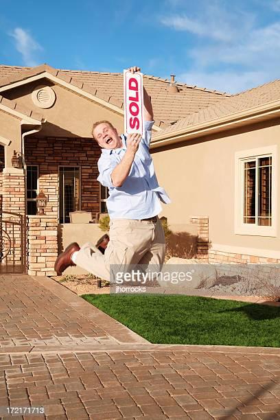 Mann mit verkaufte Heimat für Freude springen