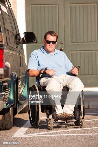 Uomo Con Lesioni Del Midollo Spinale In Sedia A Rotelle Al