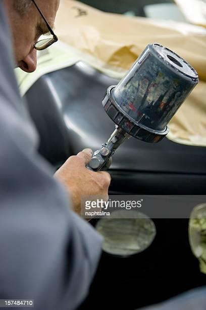 Mann mit Gemälde Auto sprayer