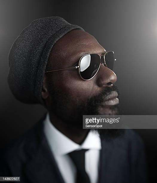 Homem com óculos de sol.