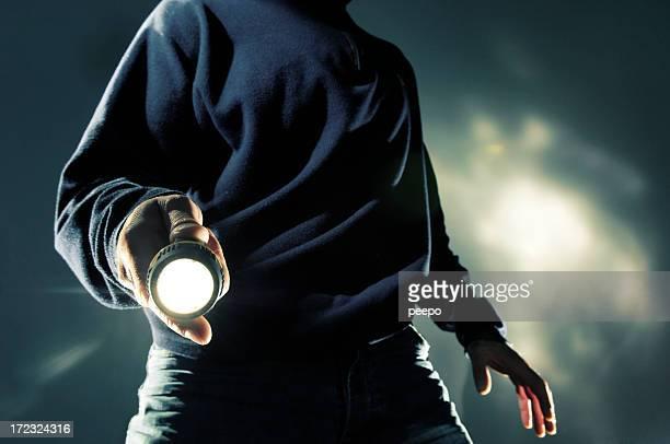 Uomo con torcia a notte