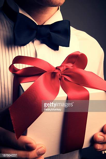 Homme avec smoking tenant envie de luxe rouge cadeau Bow