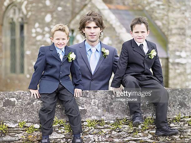Homme avec deux garçons à l'extérieur de l'église