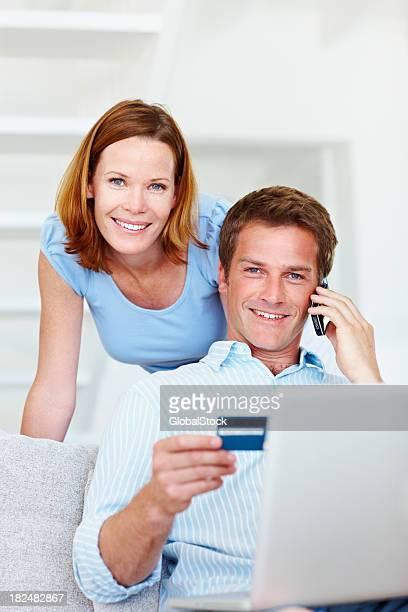 Homme avec femme les magasins en ligne avec carte de crédit