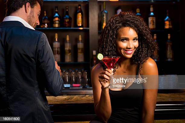 Homme avec femme boire de Martini au Bar