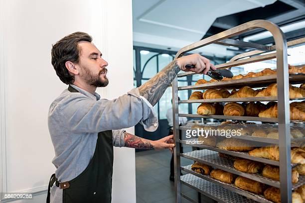 Homme travaillant dans une boulangerie