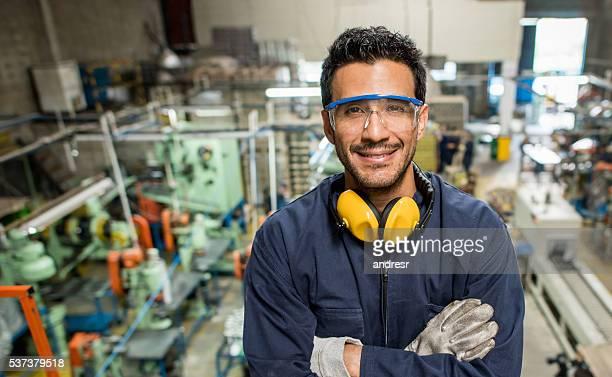 Hombre trabajando en una fábrica