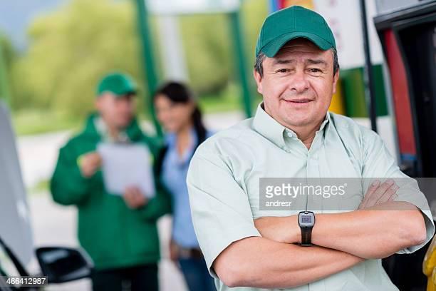 Homme travaillant dans une station d'essence