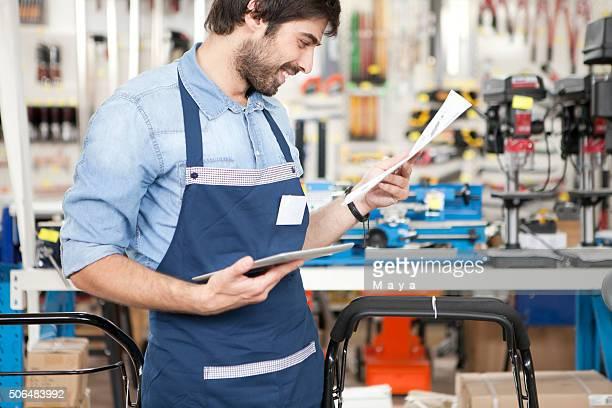 Hombre trabajando en una ferretería