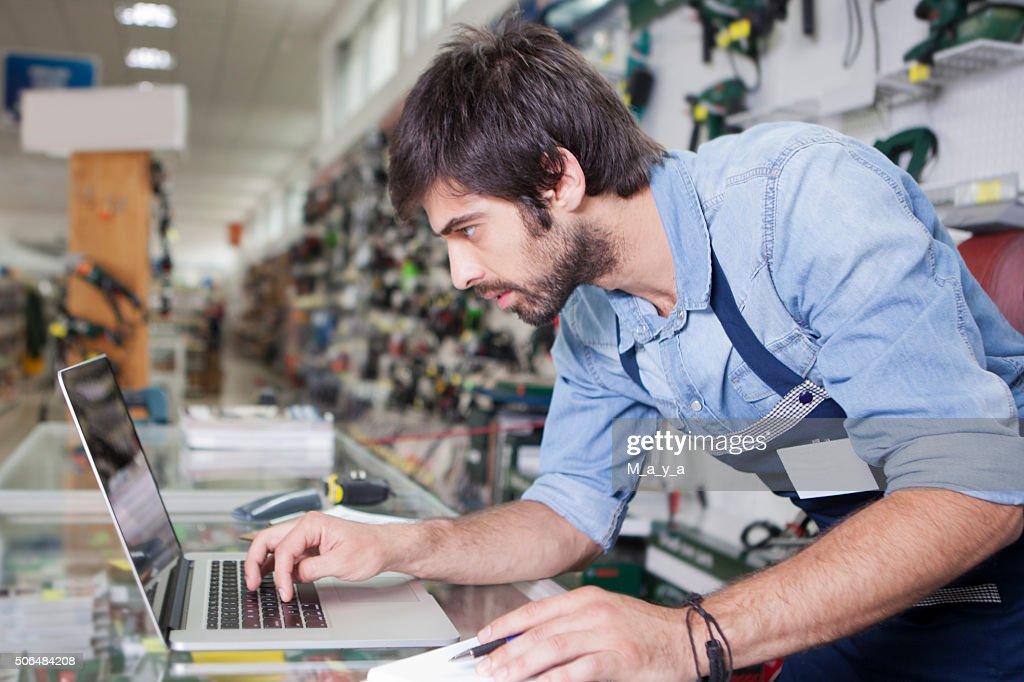 Homme travaillant dans un magasin : Photo